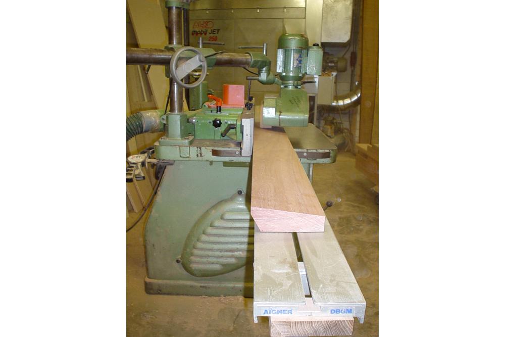 Auf der Fräse erhält das Holz die gewünschten Schrägen.
