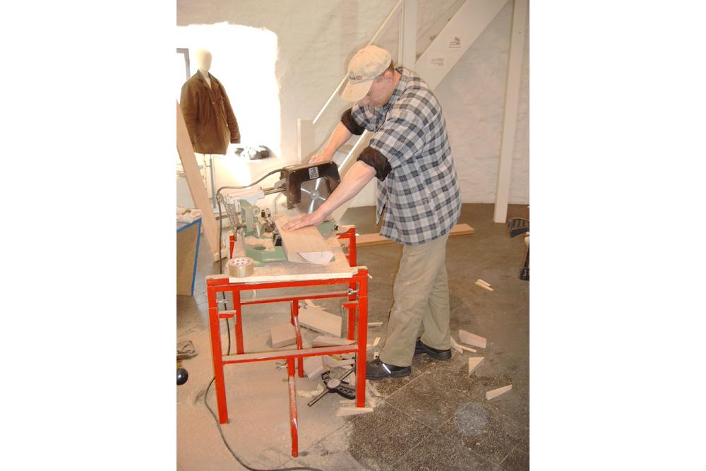 Erst vor Ort wird der Holzrahmen genau angepasst. Das Modell konnten wir nämlich nicht in unsere Werkstatt transportieren.