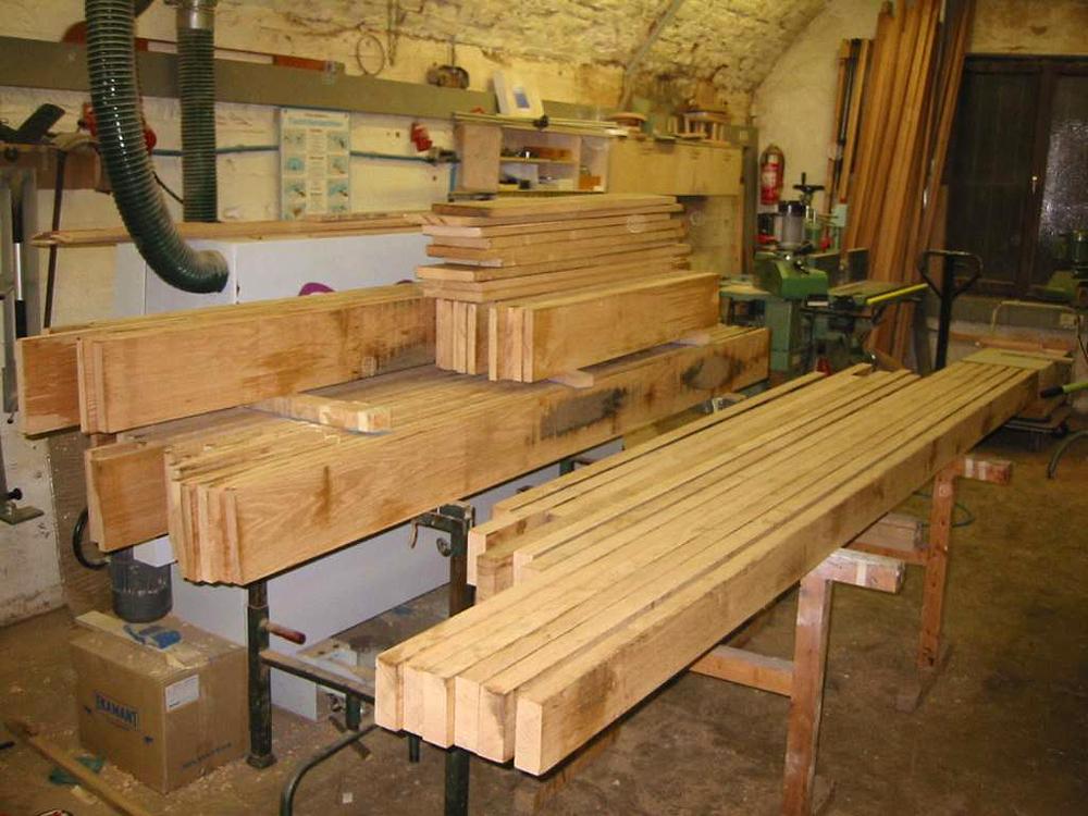 Ordentlich gestapelt liegen die Bretter für den nächsten Arbeitsschritt bereit: Das Hobeln auf die endgültige Dicke.